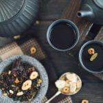 filiżanki z herbatą czarną sypaną