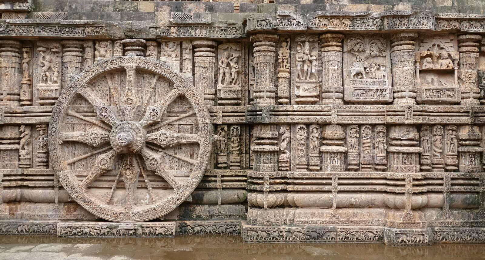 Erotyczne rzeźby w świątyni słońca w Indiach