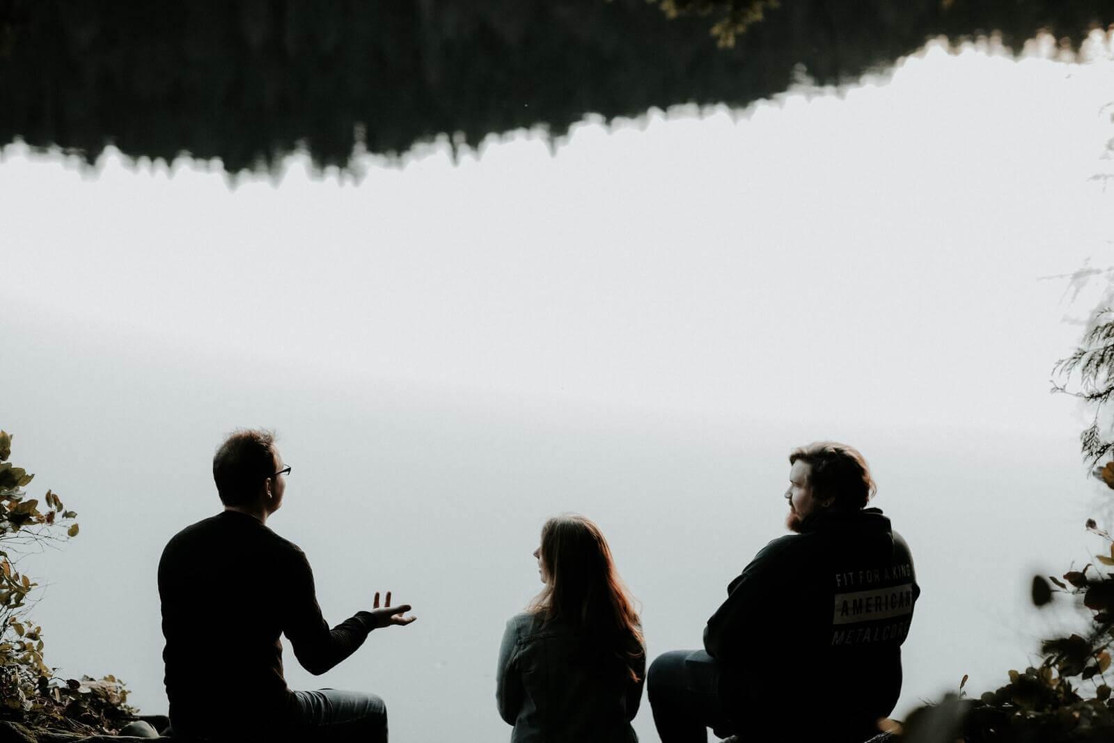 rozmawiający ludzie na brzegu wody
