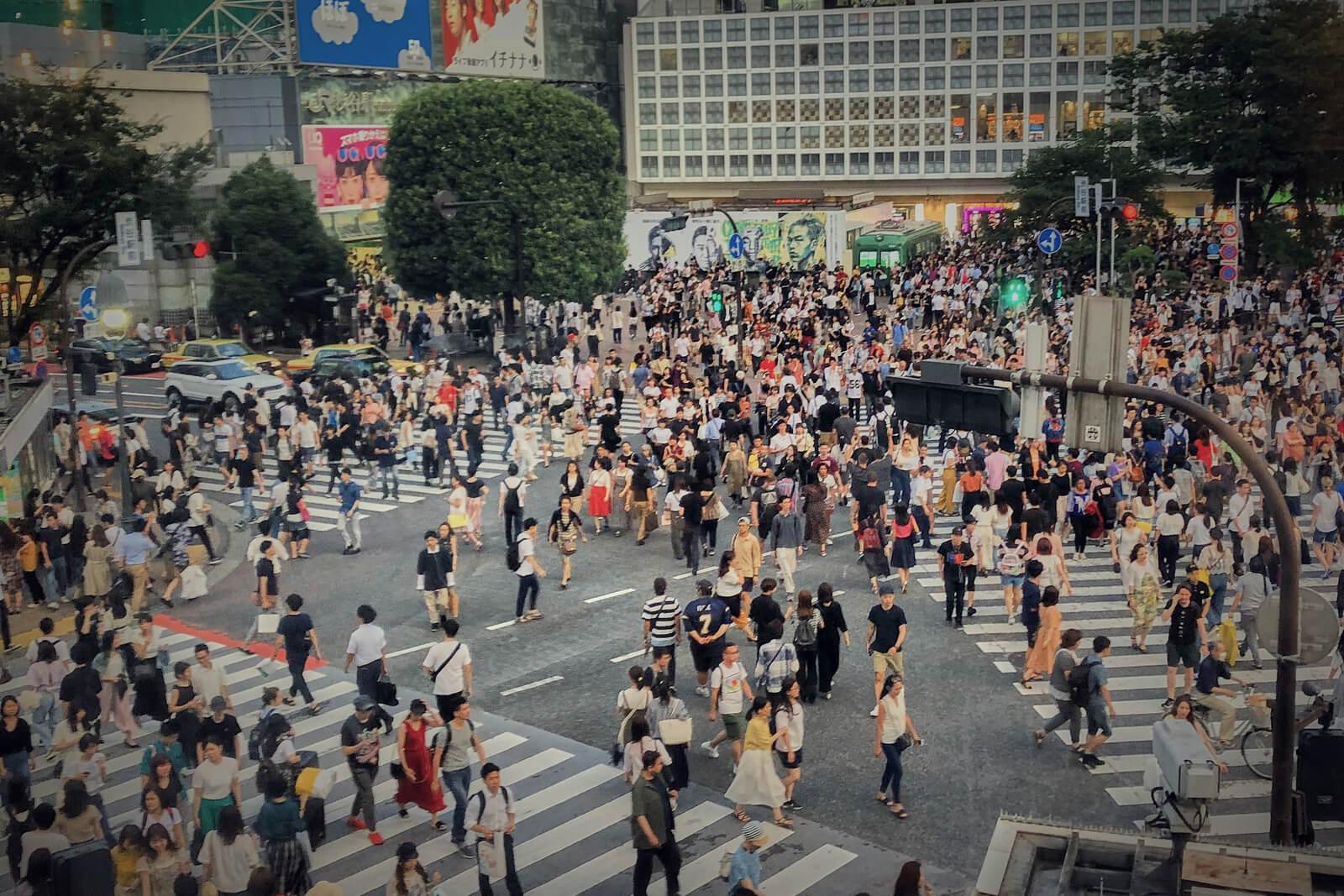 tłum ludzi na ulicach tokio, japonia