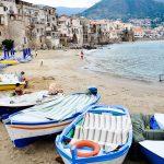sycylia łodzie na wybrzeżu w cefalu