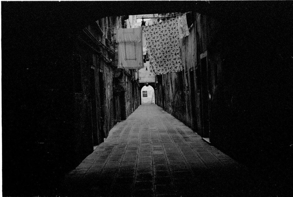 pusta ulica w Wenecji z suszącym się na powietrzu praniem