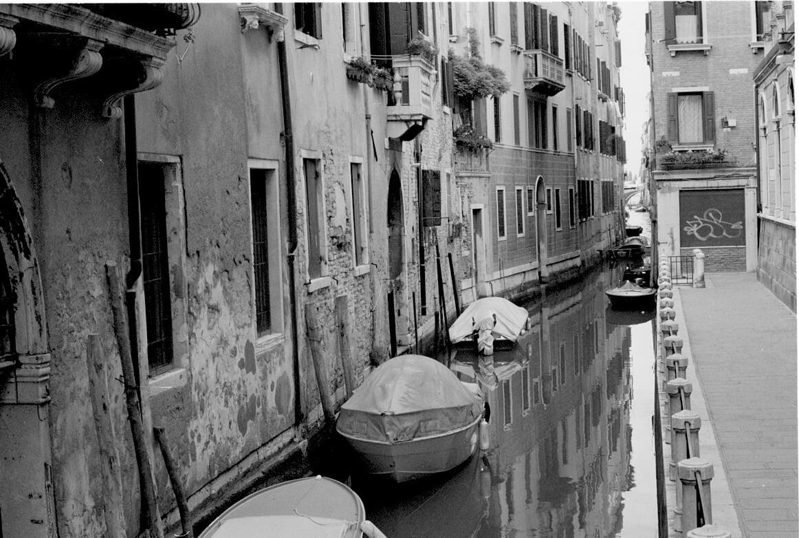 łódki na jednym z kanałów w Wenecji