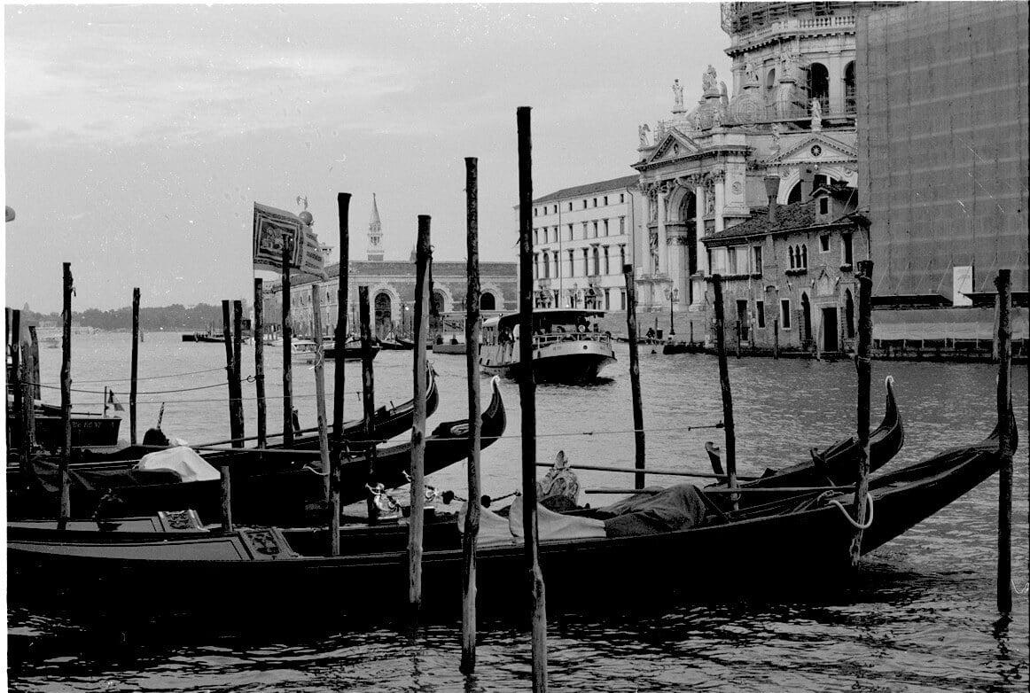 gondole i vaporetto na canale grande w Wenecji