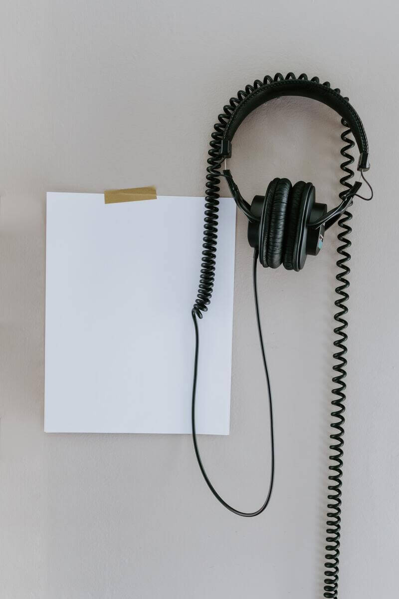 słuchawki i pusta kartka