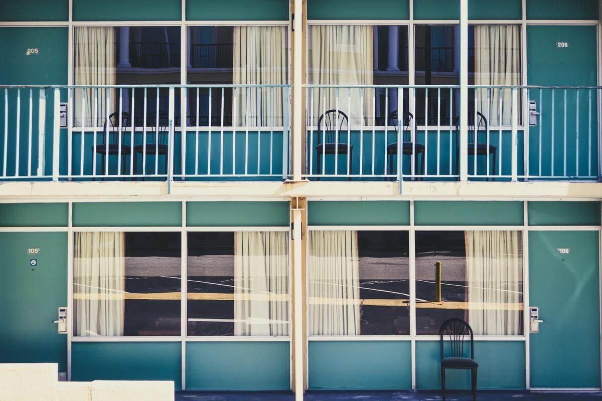 balkony i okna w budynku