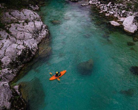 kajak na wodzie, rzeka socza, słowenia