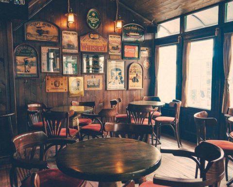 puste stoliki w pubie