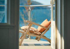 fotel stojący na balkonie