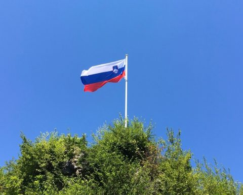 flaga słowenii na tle niebieskiego nieba
